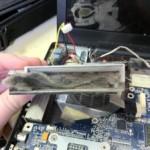 Bụi bám vào khe tản nhiệt laptop
